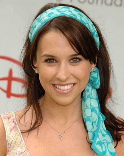 http://www.scarveswraps.com/wp-content/uploads/2010/07/lacey-chabert.jpg